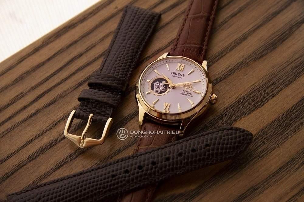 Dây đeo của chiếc đồng hồ Orient 1010 với thiết kế dập vân cá sấu - Ảnh 4